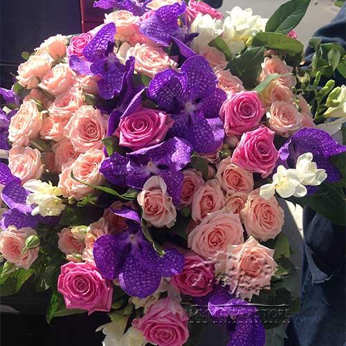 Букет из кустовых роз, ванды и фрезии Пицунда