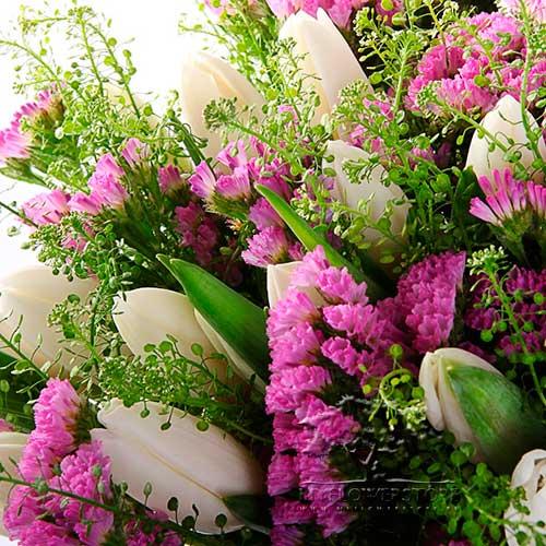 Букет из белых тюльпанов и розовой ярутки Луиза