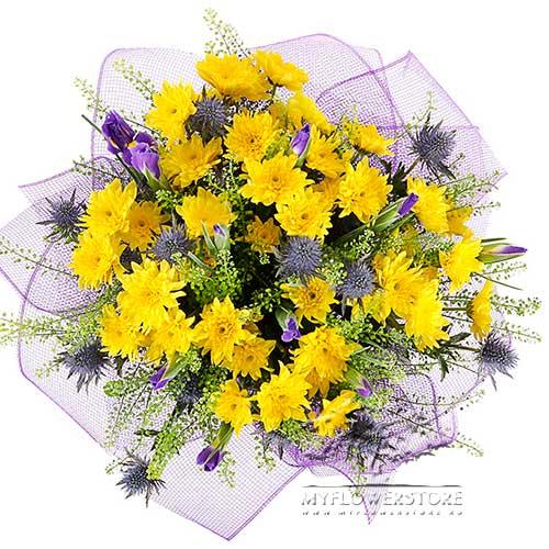 Букет из желтых кустовых хризантем и синих ирисов Есения