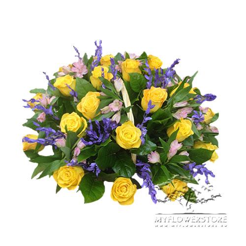 Цветочная корзина из желтых роз и альстромерий Лидия