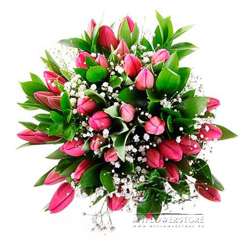 Букет из розовых тюльпанов и гипсофилы Юнона
