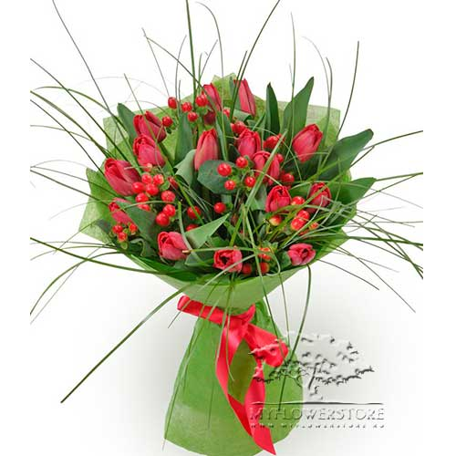 Букет из красных тюльпанов и берграса Дион