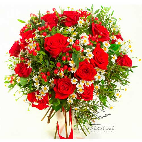 Букет из роз, танацетума и гиперикума Дидим