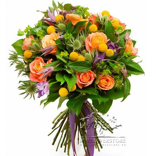 Букет из оранжевых, желтых роз и клематиса Капри