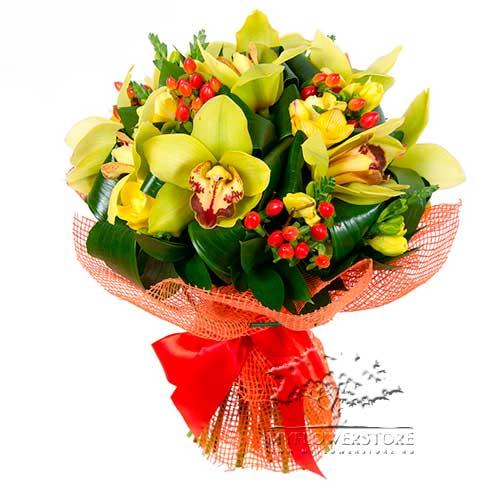 Букет из орхидей и гиперикума Лутраки