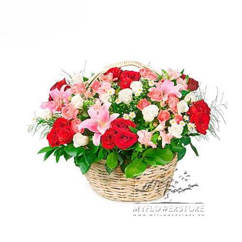 Цветочная композиция из роз, лилий и альстромерий Фрайбург