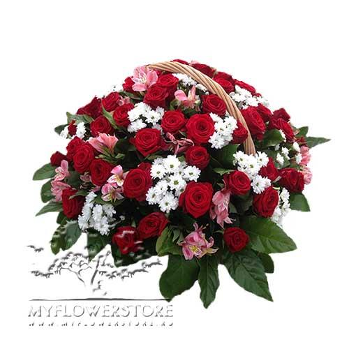 Цветочная корзина из красных роз, хризантем и альстромерий Юка