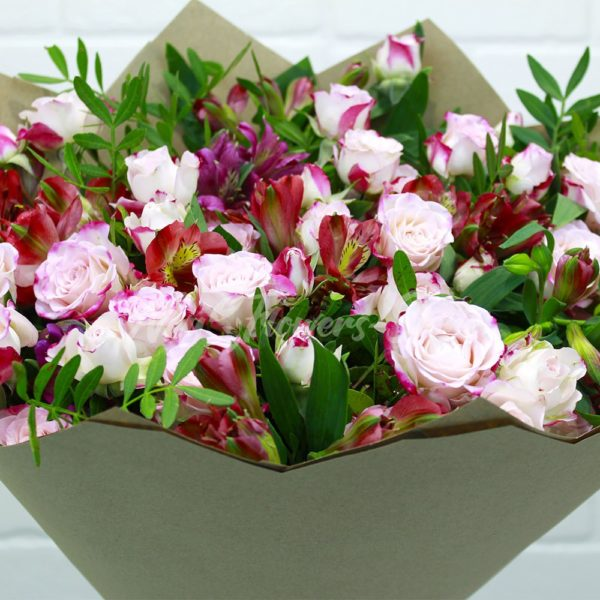 Букет из кустовых роз с альстромериями