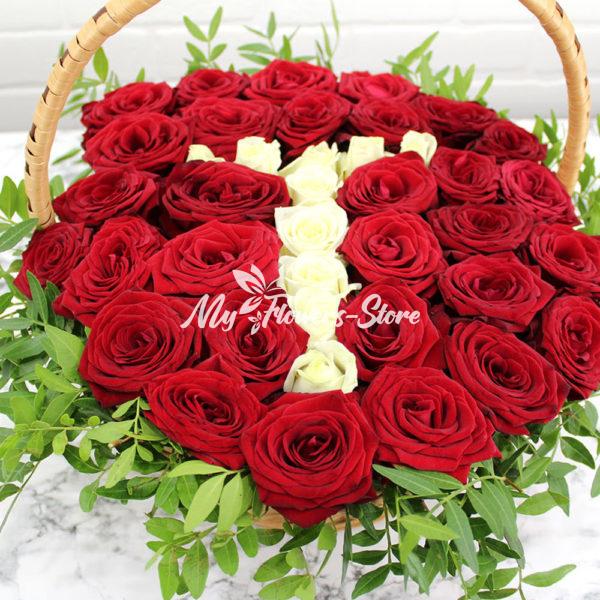 Цветы с надписью Т в коробке