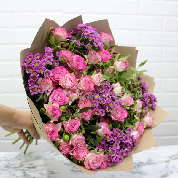 Букет из кустовых роз с зеленью недорого