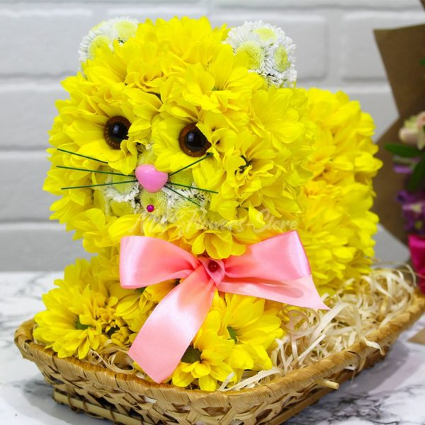 Кошка желтая из живых цветов