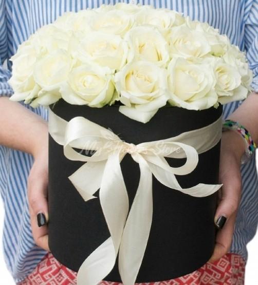 Букет из 25 белых роз в черном коробке