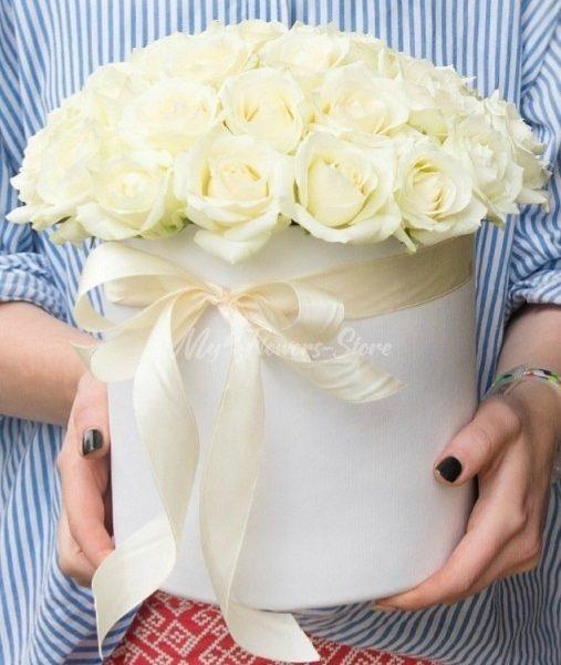 25 белых роз в белом коробке