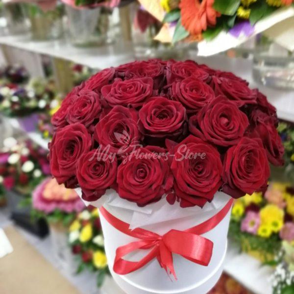 25 красных роз в белом коробке
