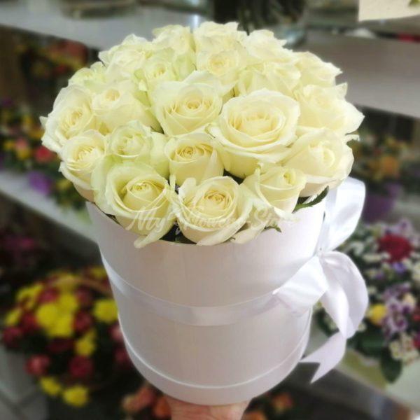 Букет из 25 белых роз в коробке