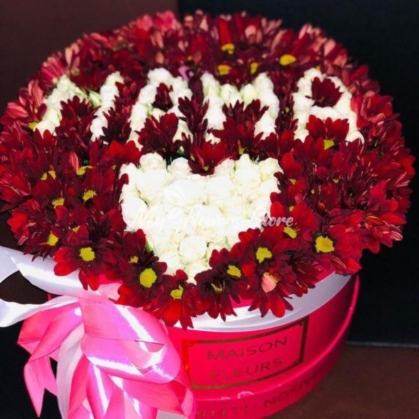 Цветы с надписью МАМА в коробке