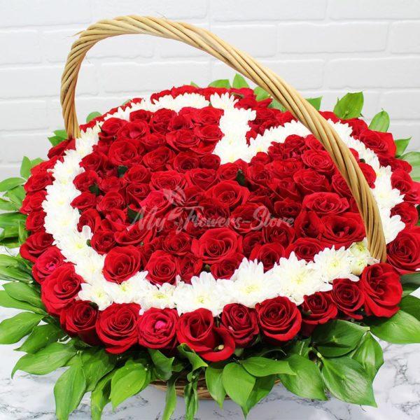 101 роза в корзине в виде сердца