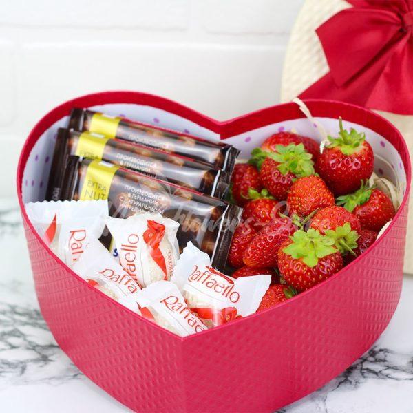 Подарок из клубники и конфет