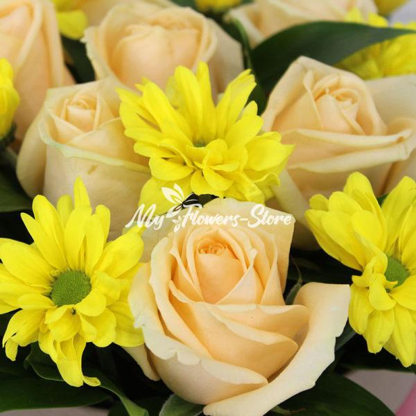 Букет из 15 роз с хризантемами в коробке