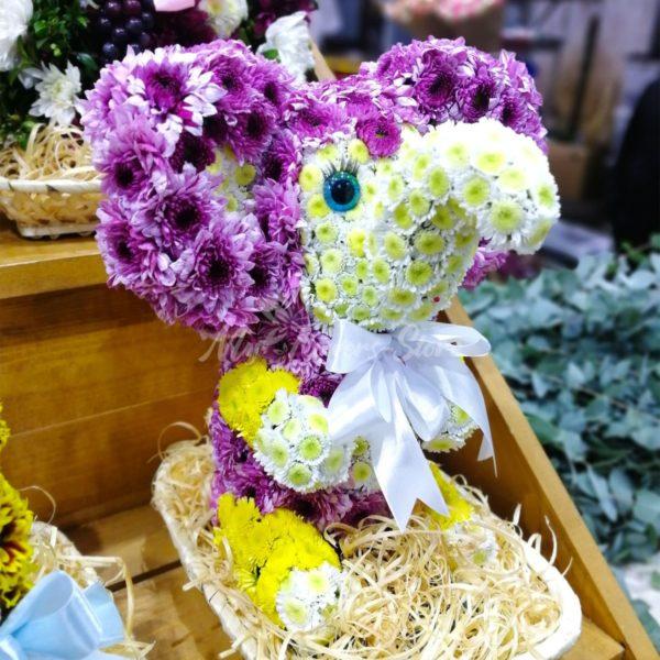 Слон из живых цветов